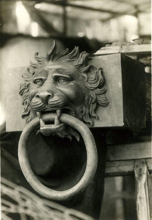 elemento decorativo in bronzo per testa di trave rappresentante una testa di leone che stringe fra i denti un anello 1928 1930 abba3b45 800x1156